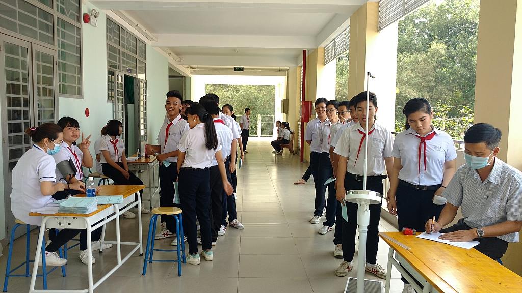 Các học sinh đang được kiểm tra toàn diện về sức khỏe y tế