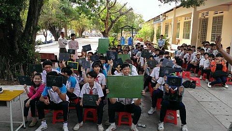 Các em học sinh hào hứng trong phần thi đầu tiên